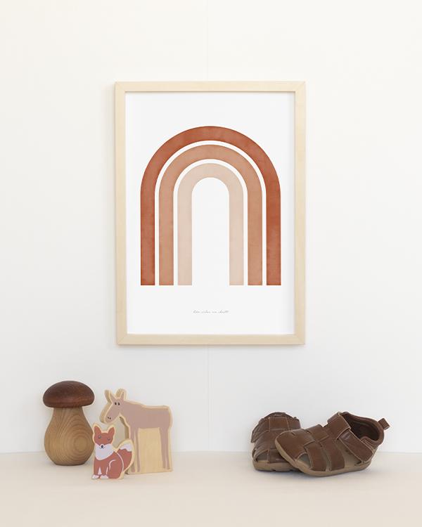 Poster med abstrakt regnbåge i roströd och naturfärgade toner för barnrummet