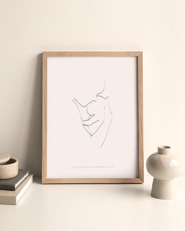 Svartvit poster med illustration av silhuett med baby i förälders famn, omgiven av en beige vas med runda former och en burk på två böcker med naturfärgade omslag